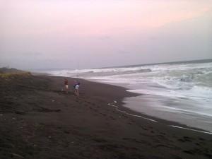 Memancing di Pantai Pandansari
